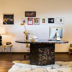 OFICINA BOSKO: Estudios y despachos de estilo clásico por Munera y Molina