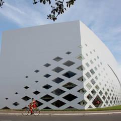 Portonave AUDITORIUM in Brasile: Finestre in PVC in stile  di Schiavello Architects Office