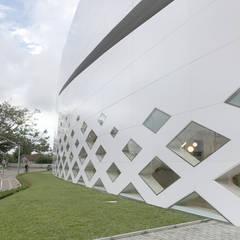 Portonave AUDITORIUM in Brasile: Pareti in stile  di Schiavello Architects Office