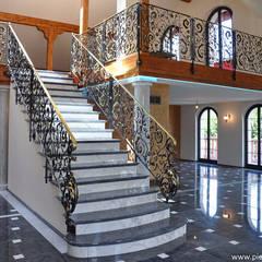 Residenza privata in Svizzera: Ingresso & Corridoio in stile  di Pietre di Rapolano