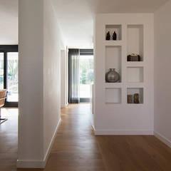woning te Mierlo: moderne Woonkamer door SVDK interieurarchitecte(n)
