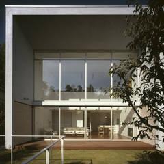 佐倉の週末住宅: 前田篤伸建築都市設計事務所が手掛けた別荘です。