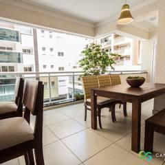Decor clean: sala integrada e varanda: Terraços  por Camarina Studio