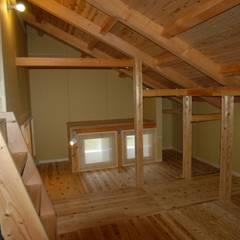 棟持柱のある家: ESK設計一級建築士事務所が手掛けた屋根です。