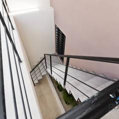 """""""PROYECTO BQZ37"""": Pasillos y recibidores de estilo  por PORTO Arquitectura + Diseño de Interiores"""