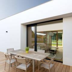 bungalow K _ siegendorf, burgenland - paschinger architekten:  Terrasse von PASCHINGER ARCHITEKTEN ZT KG