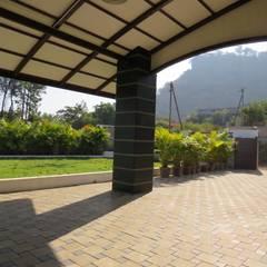 Entrance Porch:  Garden by Spacecraftt Architects