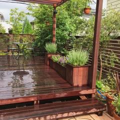 「自然の育み、天然の彩り」: GAZON~ガゾン~が手掛けた庭です。