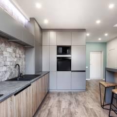 двухуровневая квартира в Киеве: Кухни в . Автор – MARTINarchitects