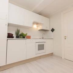 monolocale white&wood : Cucina attrezzata in stile  di Cambio Stanza di mara bernardi