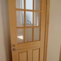 柏ボックス: K+Yアトリエ一級建築士事務所が手掛けたドアです。
