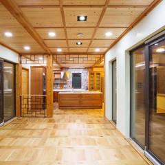 거실 및 주방: 한다움건설의  거실
