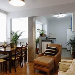 Sala - Cozinha - Área de Serviço: Armários e bancadas de cozinha  por Renato Cordeiro | arquitetura + design