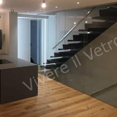 Parete in vetro per scala: Ingresso & Corridoio in stile  di Vivere il Vetro