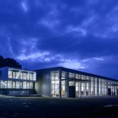 Produktionshalle mit Verwaltungsgebäude Ostansicht:  Passivhaus von Spahlinger Architekten