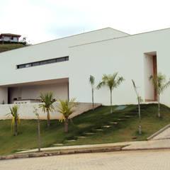 Casa Cristais: Condomínios  por GRUPO ARQUITETOS E URBANISTAS LTDA.
