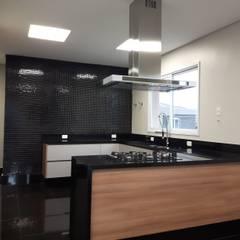 Cozinha: Cozinhas embutidas  por Squassoni Arquitetura e Construção