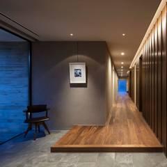 青葉町の家: 吉川弥志設計工房が手掛けた廊下 & 玄関です。