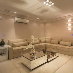 Sala de Estar: Salas de estar  por Larissa Vinagre Arquitetos