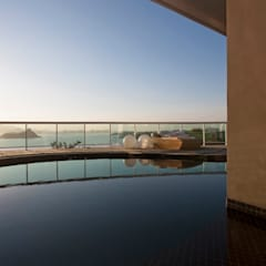 Infinity pool by PAULA MARTINS ARQUITETURA, INTERIORES E DETALHAMENTO, Tropical