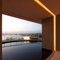 Infinity pool by PAULA MARTINS ARQUITETURA, INTERIORES E DETALHAMENTO
