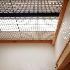 格子壁の住宅: 祐建築設計室が手掛けた子供部屋です。