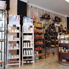 MiGusto- Tienda de Delikatessen y Regalos: Oficinas y Tiendas de estilo  de ADesign mallorca