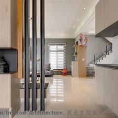 宜蘭市筊白一路別墅案:  走廊 & 玄關 by Hi+Design/Interior.Architecture. 寰邑空間設計