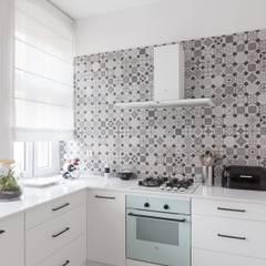 55m2 mieszkanie : styl , w kategorii Kuchnia na wymiar zaprojektowany przez Grant Studio