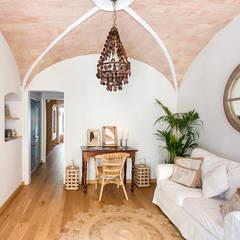 Salas / recibidores de estilo mediterraneo por Nice home barcelona