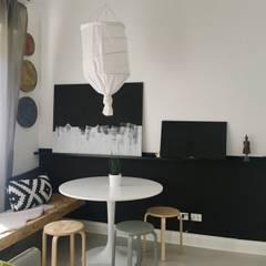Mini appartamento in grigio: Sala da pranzo in stile  di Home Lifting