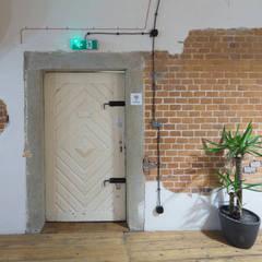 designerski hostel za niewielki budżet : styl , w kategorii Piwnica win zaprojektowany przez UrbanForm