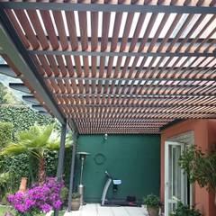Pérgola Híbrida en Tequisquiapan: Jardines de estilo mediterraneo por Materia Viva S.A. de C.V.