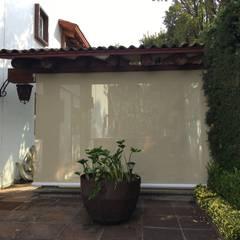 Pérgola híbrida con cerramiento de aluminio: Casas de estilo rústico por Materia Viva S.A. de C.V.
