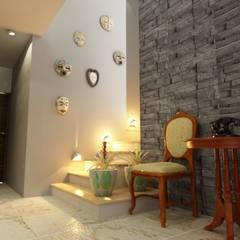 RECIBIDOR: Pasillos y recibidores de estilo  por OLLIN ARQUITECTURA
