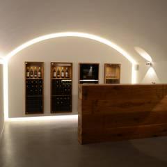 Theke und Getränkekühlschrank: rustikaler Weinkeller von Holzmanufaktur Stuttgart
