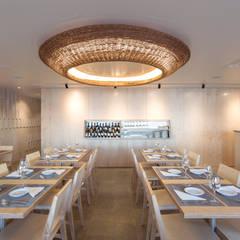 Equipamento: mobiliário, aparador e candeeiro: Espaços de restauração  por BL Design Arquitectura e Interiores