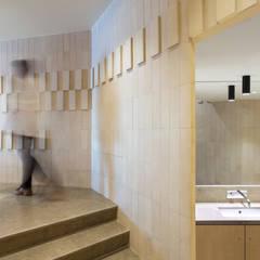Acesso a lavabos: Espaços de restauração  por BL Design Arquitectura e Interiores
