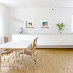 Blick ins Esszimmer in der Verlängerung der Küche: minimalistische Esszimmer von pauly + fichter planungsgesellschaft mbH