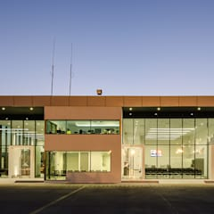 Aeropuertos de estilo  por Bschneider Arquitectos e Ingenieros, Industrial