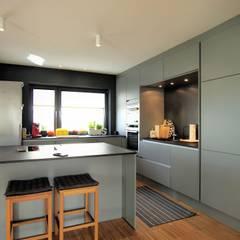 Unter 2 Dächern, 3-Generationenhaus in Wörth:  Einbauküche von Architekten Lenzstrasse Dreizehn