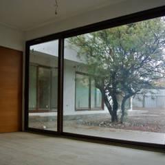 Casa La Reserva: Pasillos y hall de entrada de estilo  por AtelierStudio