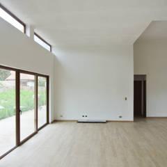 Casa El Algarrobal: Livings de estilo  por AtelierStudio