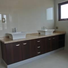 Baños de estilo colonial por AtelierStudio