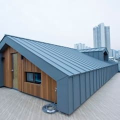 가촌리 상가주택: 피앤이(P&E)건축사사무소의  지붕