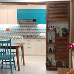 Mahim Residence got a blue touch:  Dining room by Olive Roof