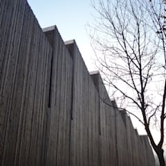 Sede ARPA, Ferrara, Mario Cuccinella Architects: Complessi per uffici in stile  di Novello Case in Legno