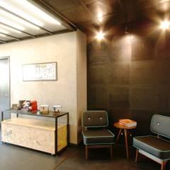 Sala de espera: Clínicas  por Guazzelli Gomes