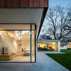 Mid-Century Bungalow:  Bungalow von Corneille Uedingslohmann Architekten