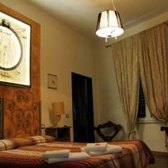 Camera da letto: Hotel in stile  di Luca Alitini